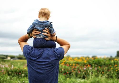 Tēva loma ģimenē un bērna attīstība: lekcija ar lektoru Lauri Bokišu Māmiņu Kluba Vecāku skolā