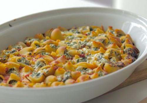 VideoRECEPTE: Ar spinātiem un sieru pildīta pasta tomātu mērcē