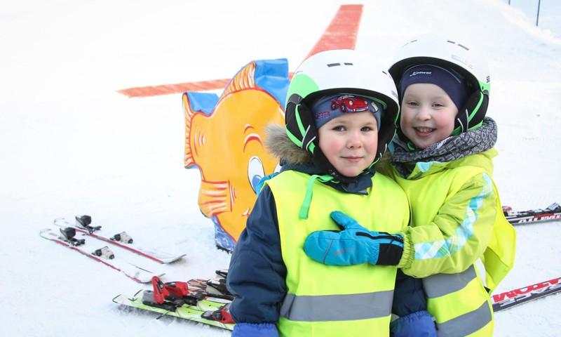 FOTOREPORTĀŽA: Māmiņu Kluba ģimenes slēpo Žagarkalnā