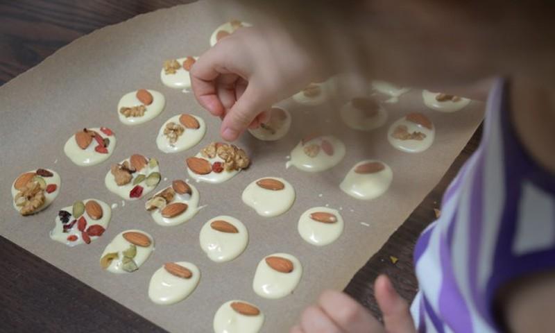 13 idejas darbiņiem, ko virtuvē kopā ar vecākiem var paveikt bērns