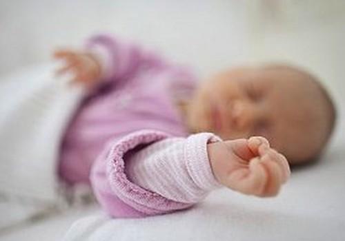 Kāpēc jaundzimušajiem parasti ir aukstas rociņas?