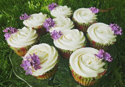Glazūrkūciņas jeb cupcakes ar rabarberu un baltās šokolādes pildījumu