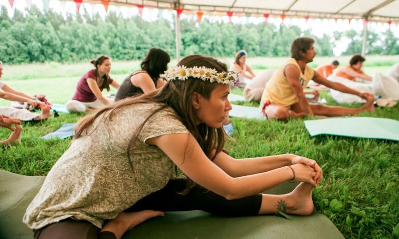 Rīdzinieki aicināti uz bezmaksas jogas nodarbībām sestdienu rītos Kronvalda parkā