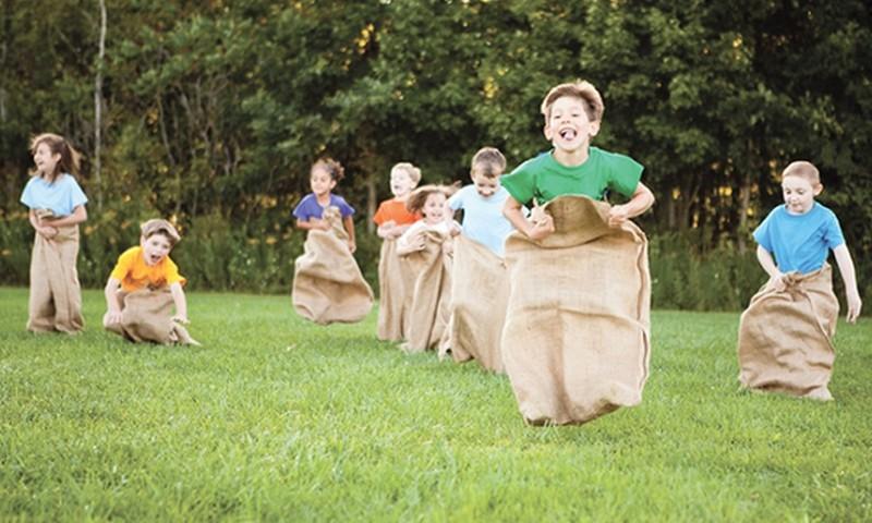 Aizmirstās spēles: ko spēlēja vecāki, kad bija vēl bērni