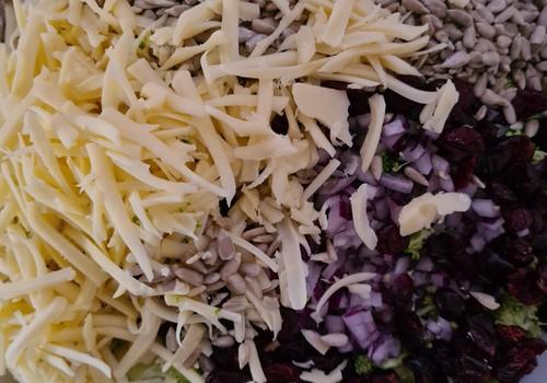 Brokoļu un dzērveņu salāti