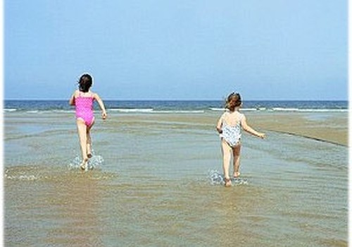 91% pirmklasnieku apņemas peldēties tikai pieaugušo uzraudzībā