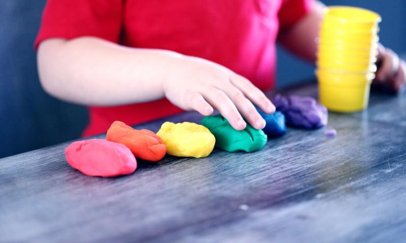 Idejas rotaļām, ar kuru palīdzību bērns var iemācīties atpazīt krāsas