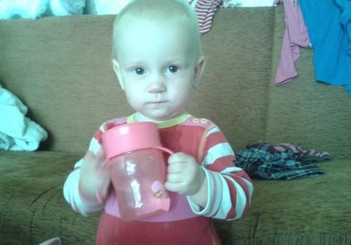 Denīze mācās dzert no Avent krūzes.
