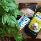 Sastāvdaļas. Kārtīga bunte vai viens podiņš bazilika, 150 ml olīveļļas, 3-5 ķiploka daiviņas,  100-150 g indijas rieksti, 150 g rīvēts cietais siers,  sāls, ja prasās