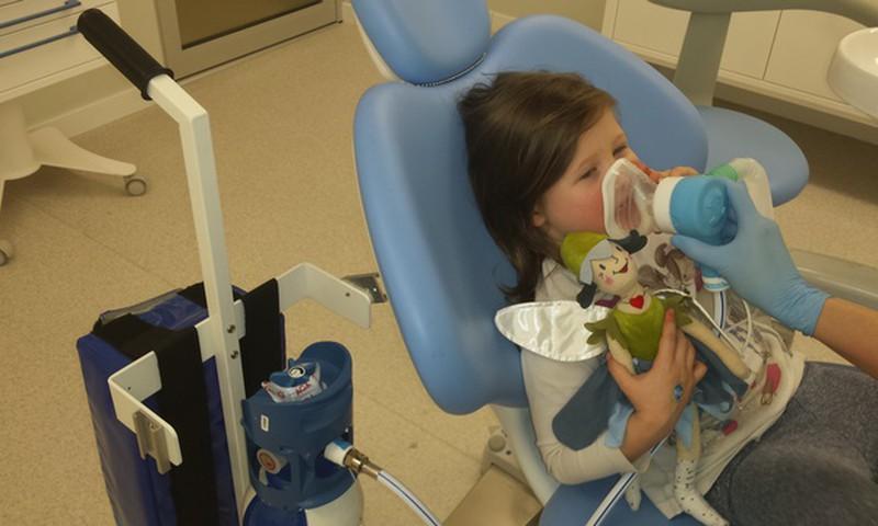 Ārstējam bērnam zobus bez sāpēm: smieklu gāze