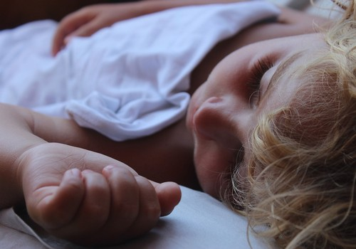 Kā mainās bērns, kad gulēt liek tētis nevis mamma?
