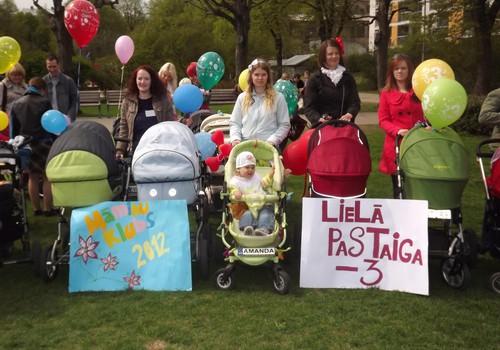 FOTO: Māmiņu Kluba Lielā pastaiga ZIEDOŅDĀRZĀ
