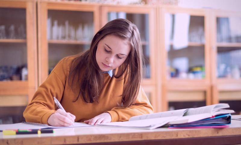 Apstiprināti noteikumi par 2021./2022. mācību gada sākuma, beigu un brīvdienu laikiem