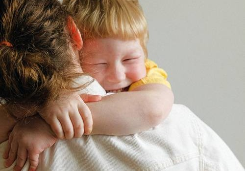 7 iemesli, kāpēc bērnu vajadzētu apskaut pēc iespējas biežāk