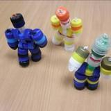 Robotcilvēciņi no pudeļu korķīšiem