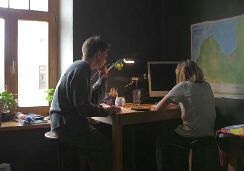 Kā vecāki var palīdzēt saviem bērniem laikā, kad jāpaliek mājās?