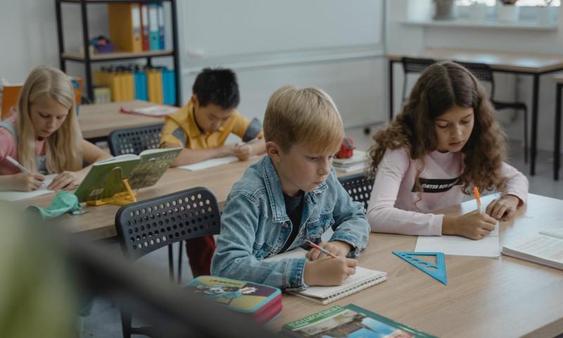 Aptauja: 77% vecāku satrauc nenoteiktība par turpmāko mācību procesu