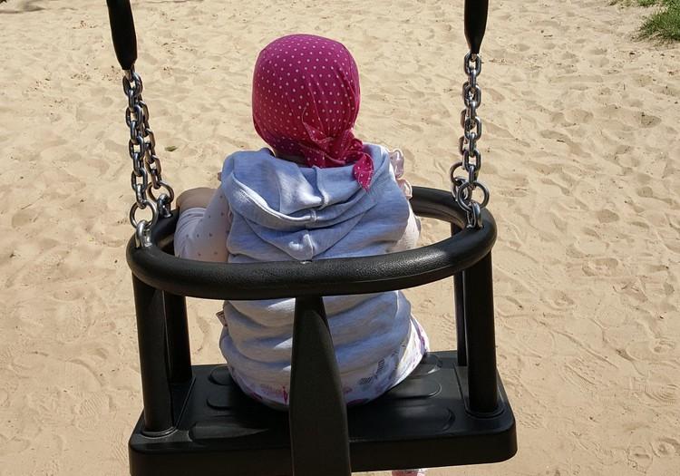 Ar bēbīti rotaļāties uz Ķengaraga parku