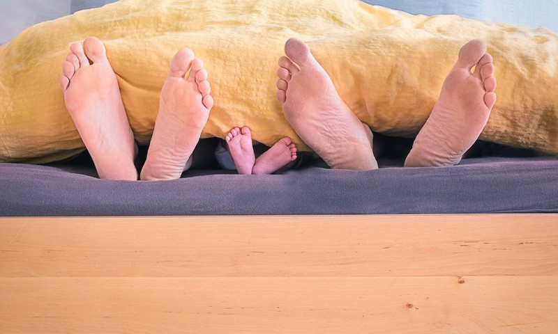 Vai ir droši vecākiem naktī gulēt ar zīdaini vienā gultā?