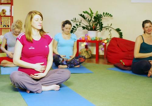 FOTO: kas notiek Grūtnieču jogas nodarbībās ar Ilvitu Kļaviņu