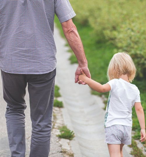 5 iemesli, kāpēc ir vērtīgi, ja bērni pavada laiku kopā ar vecvecākiem