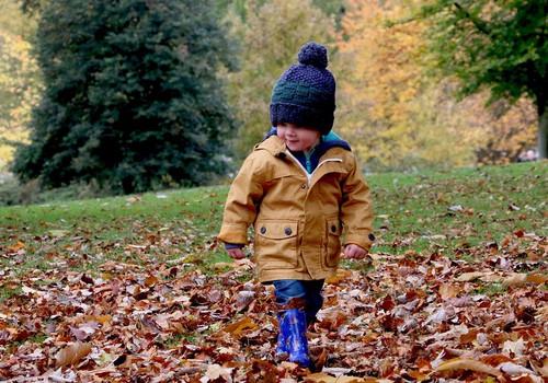 5 rotaļas, kuras spēlēt rudens pastaigu laikā
