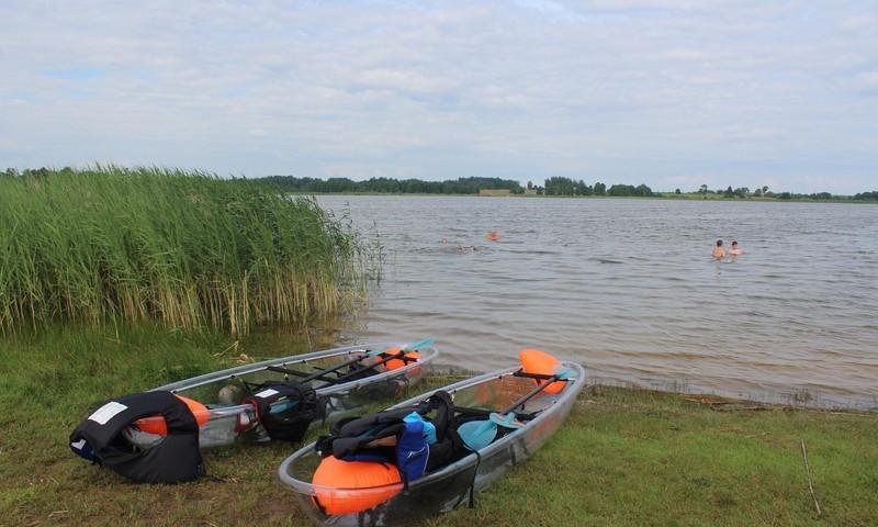 Baudīt laivošanu ar caurspīdīgiem kajakiem Viļakas ezerā