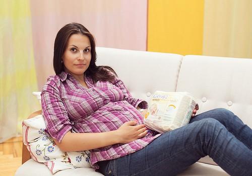 Uzzini, cik daudz šķidruma un kādā veidā būtu jāuzņem grūtniecības laikā