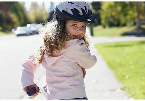 APTAUJA: Vai Tavs bērns, braucot ar velosipēdu, lieto aizsargus?