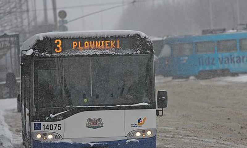 """Pirmdien Rīgā ieviesīs tā saucamās """"puteņa biļetes"""", autovadītāji sabiedrisko transportu varēs izmantot bez maksas"""