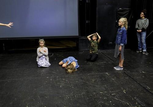 """Teātra festivāls """"Homo Novus"""" aicina bērnus piedalīties izrādes """"Aklais kino"""" veidošanā"""