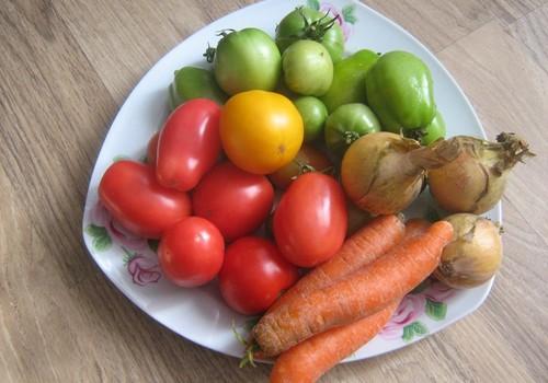 Zaļie un sarkanie tomāti, sautēti tomātu pastā
