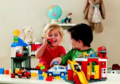 Pirmais LEGO komplekts ceļo pie..