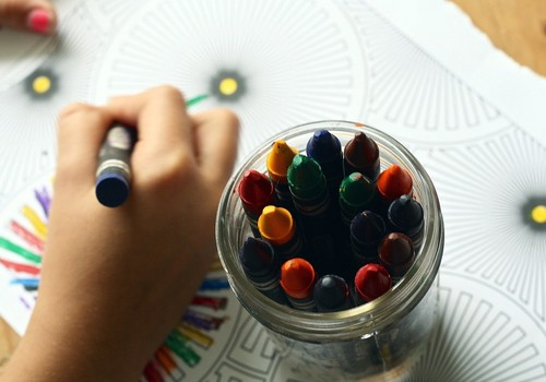 Mazaizsargāto ģimeņu bērniem iespējams saņemt bezmaksas skolas preču komplektus