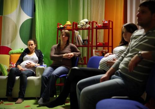 FOTOANOTĀCIJA: Kādi kursi topošajiem vecākiem notiek Māmiņu Klubā?