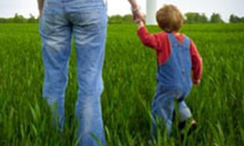 Bērns staigā tikai pie rokas. Ko darīt?