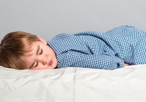 Meklējam atbildes: Kad bērns sāks gulēt bez autiņbiksītēm?