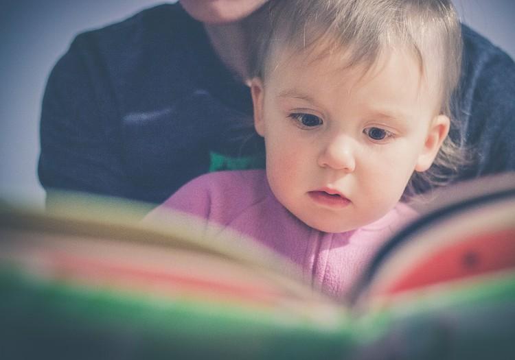 Vienkārši triki, kā mazuli iepazīstināt ar grāmatām un lasīšanu