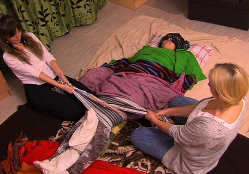 Superbēbja seriāla VIDEO: maģisks rituāls jaunajām māmiņām- REBOZO lakatu masāža