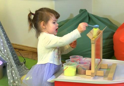 Ideja dāvanai attīstībai pašu mājās: VIDEOieteikumi, kā rotaļāties ar smilšu lampu