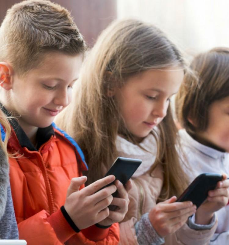 Gatavojamies skolai: Vai bērnam uz skolu dot līdzi telefonu?