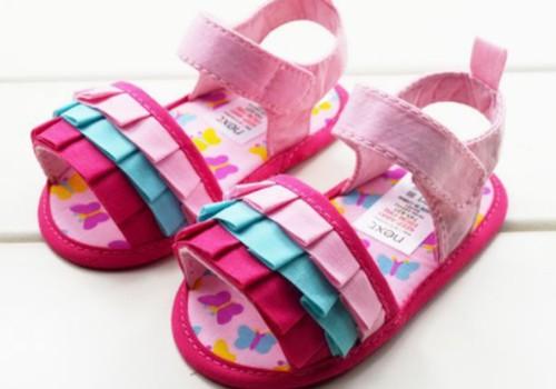 Kad iegādāties pirmos apavus mazajam staigātājam?