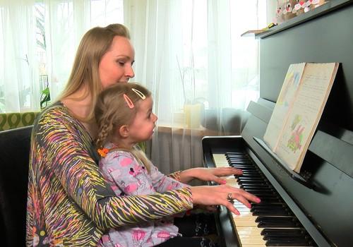 VIDEOatgriešanās bērnībā ar TV seju Lieni Bērziņu