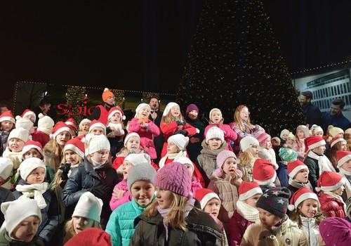 FOTO: Intars Busulis un simtiem cilvēku ar dziesmu iededz lielāko Ziemassvētku egli Latvijā
