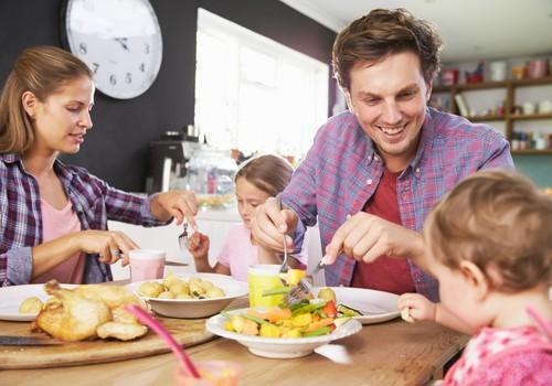 Kad zīdaini sēdināt pie lielā ģimenes galda?