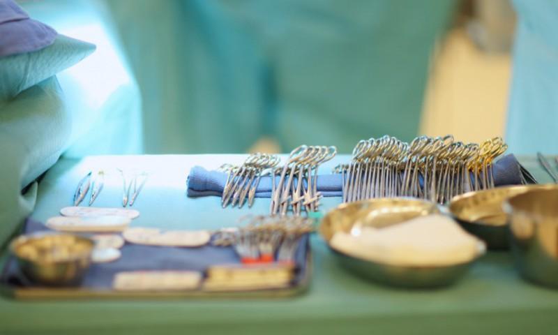 Bērnu slimnīcā pirmo reizi operācijas laikā bērnam izveidota auss