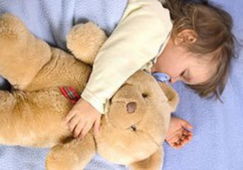 Pilna gulta rotaļlietu saldam miedziņam