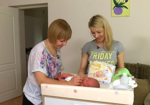 VIDEO: Mazulis ir klāt, vecmāte steidz palīgā uz mājām!