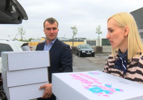 VIDEOieskats, kā mēs labdarības akcijā Dalies un samīļo vedām kastes uz Dzemdību namu