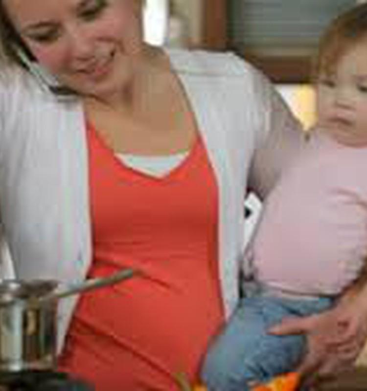 Māmiņa un mazulis virtuvē.
